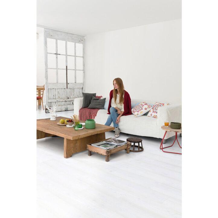 Parquet laminado de planchas claras im 1859 de la marca quick-step de la serie impressive  en un ambiente de habitación.