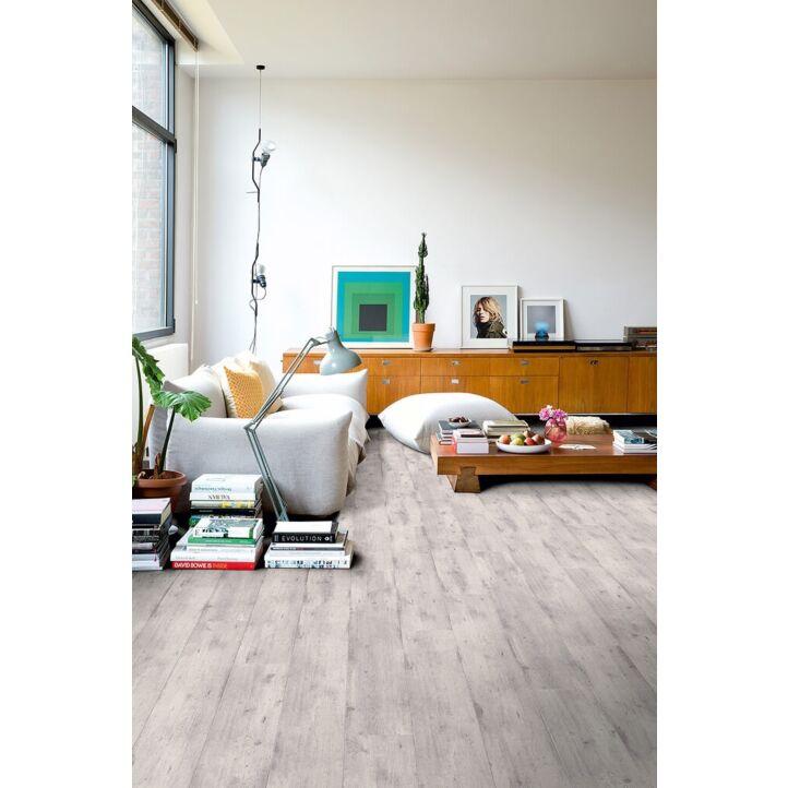 Parquet laminado de cemento gris claro im 1861 de la marca quick-step de la serie impressive ultra  en un ambiente de habitación.