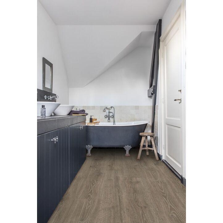 Parquet laminado de roble bosque marron de la marca quick-step de la serie majestic en un ambiente de habitación.