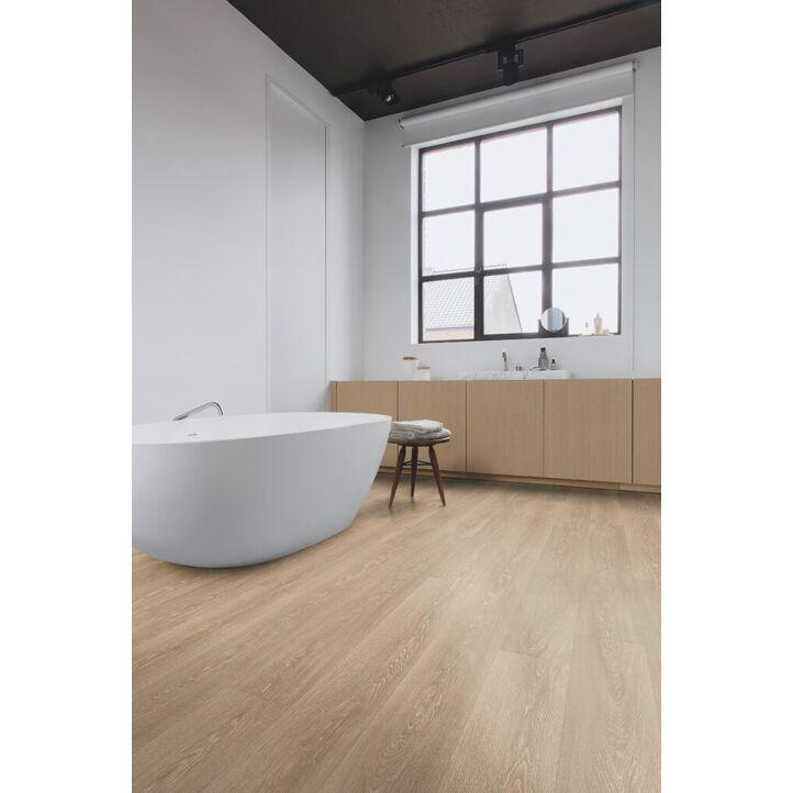 Parquet laminado de roble valle marrón claro de la marca quick-step de la serie majestic en un ambiente de habitación.