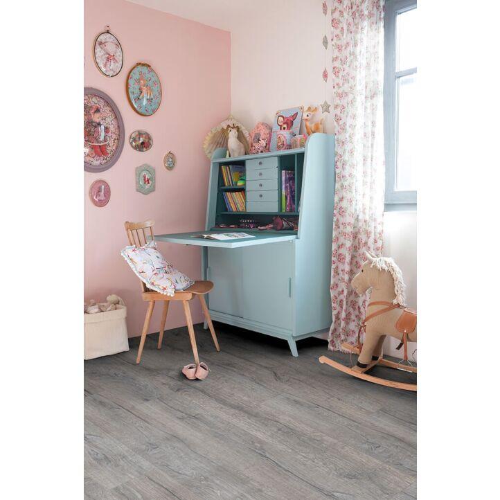 Parquet vinílico de la marca Quick-Step livyn roble gris histórico BACL40037 de la serie Balance Click en un ambiente de habitación.