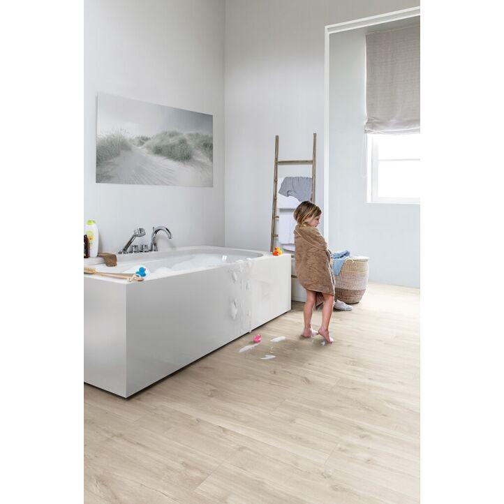 Parquet vinílico de la marca Quick-Step livyn roble cañón beige BACL40038 de la serie Balance Click en un ambiente de habitación.
