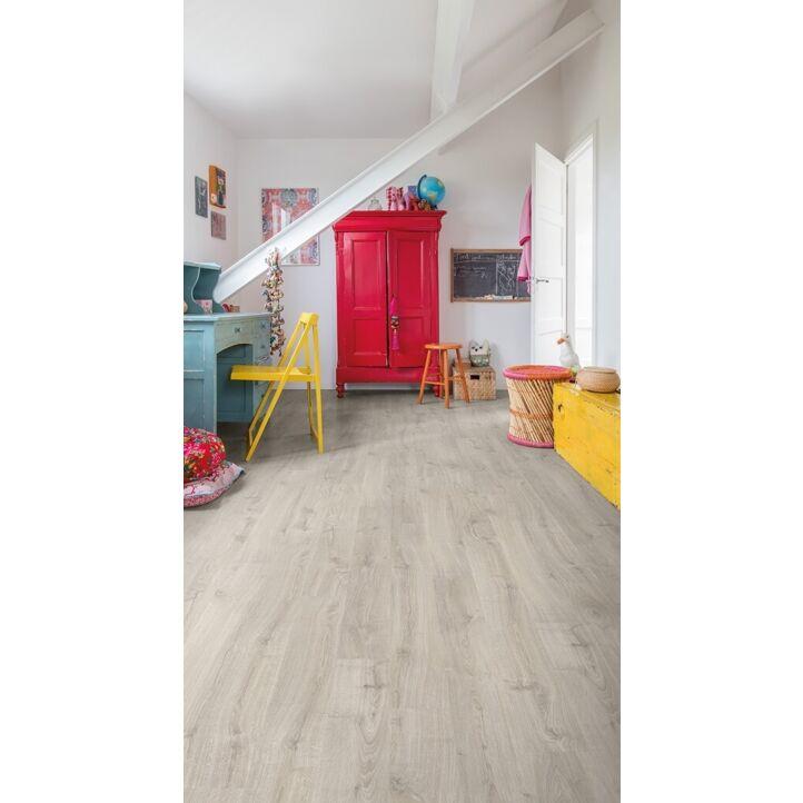 Parquet laminado de roble newcastle gris de la marca quick-step de la serie eligna en un ambiente de habitación.