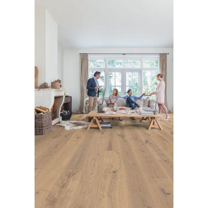 Parquet de madera natural de Quick-Step de la colección massimo mas3566S Roble capuccino blonde extra mate en un ambiente de habitación.