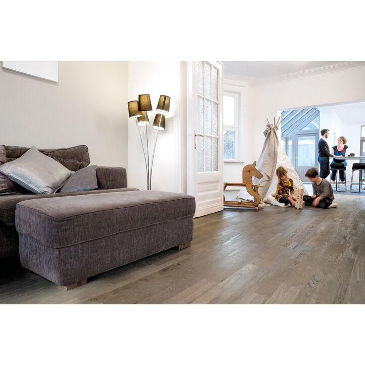 Parquet de madera natural de Quick-Step de la colección variano var1631S Roble gris royal aceitado en un ambiente de habitación.