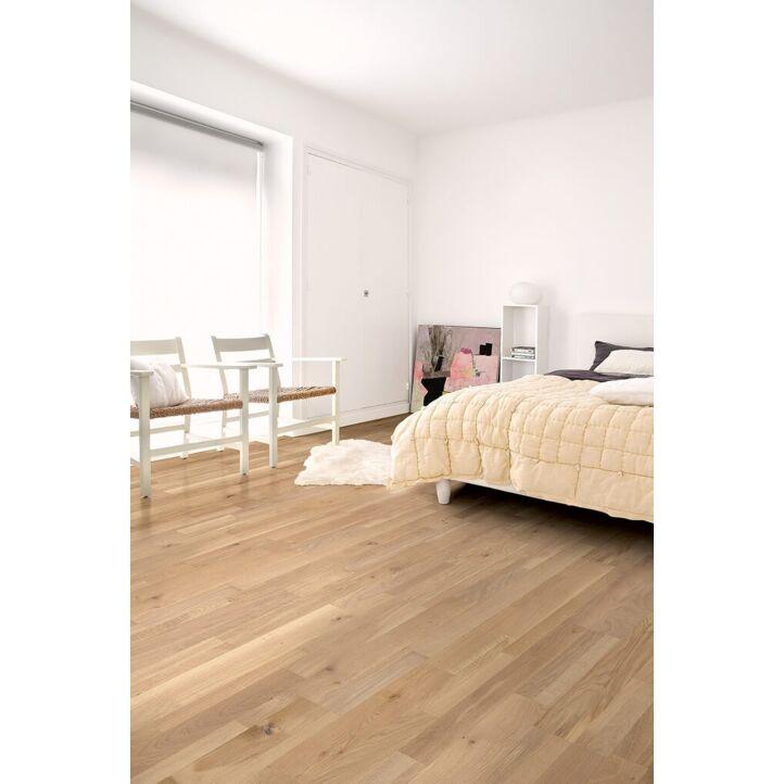 Parquet de madera natural de Quick-Step de la colección variano var3102S Roble crudo dynamic extremate en un ambiente de habitación.