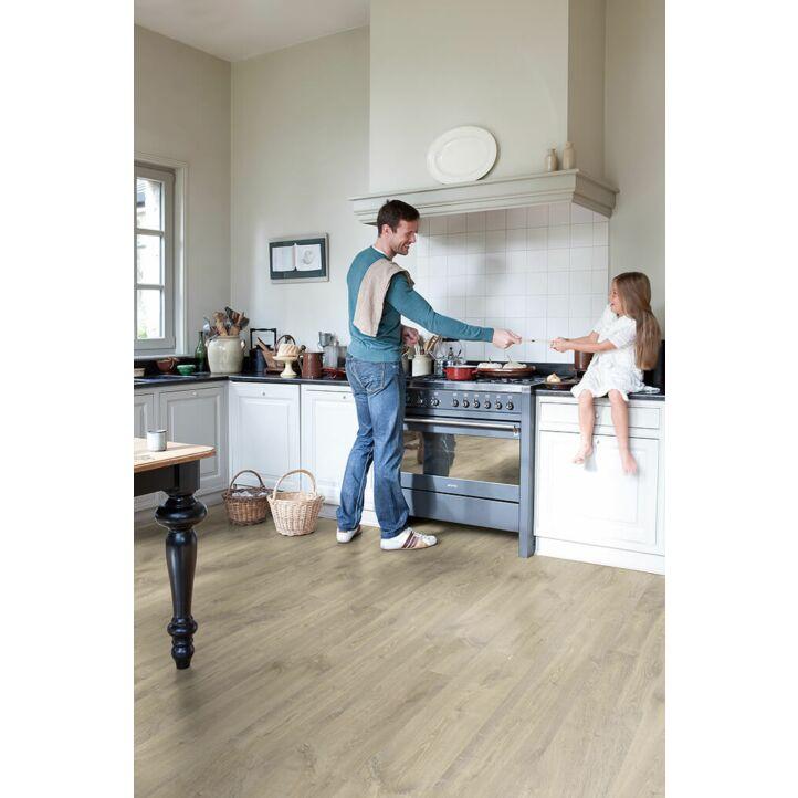 Parquet laminado de roble beige louisiana CR3175 de la marca Quick-Step de la colección CREO en un ambiente de habitación.