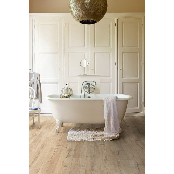 Parquet laminado de Roble clásico beige IMU1847 de la marca Quick-Step de la serie Impressive ultra en un ambiente de habitación.