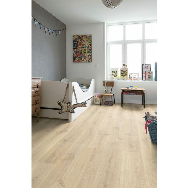 Parquet laminado de roble claro tennessee CR3179 de la marca Quick-Step de la colección CREO en un ambiente de habitación.