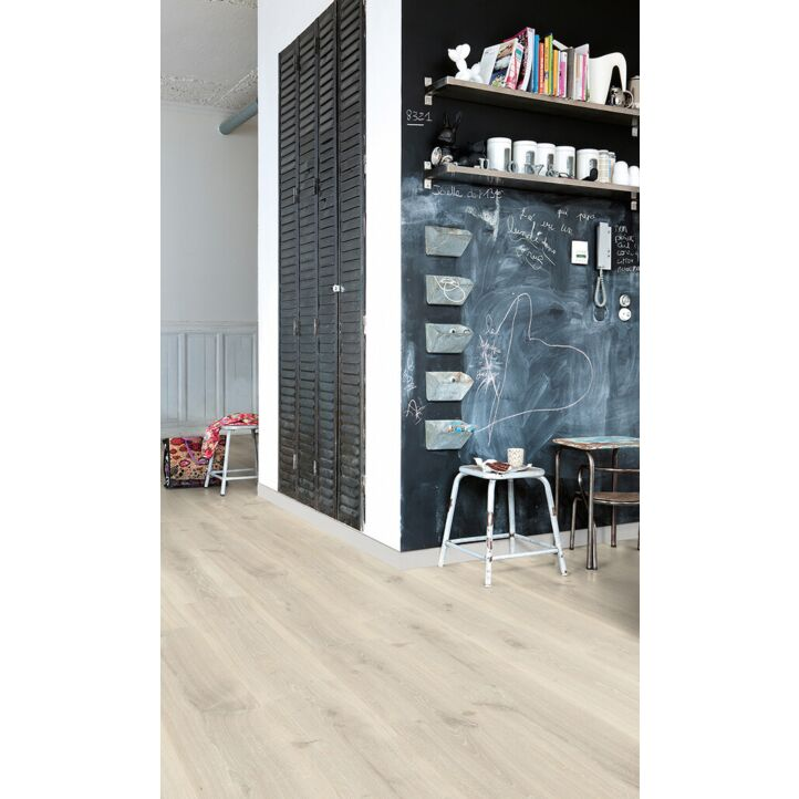 Parquet laminado de roble gris tennessee CR3181 de la marca Quick-Step de la colección CREO en un ambiente de habitación.