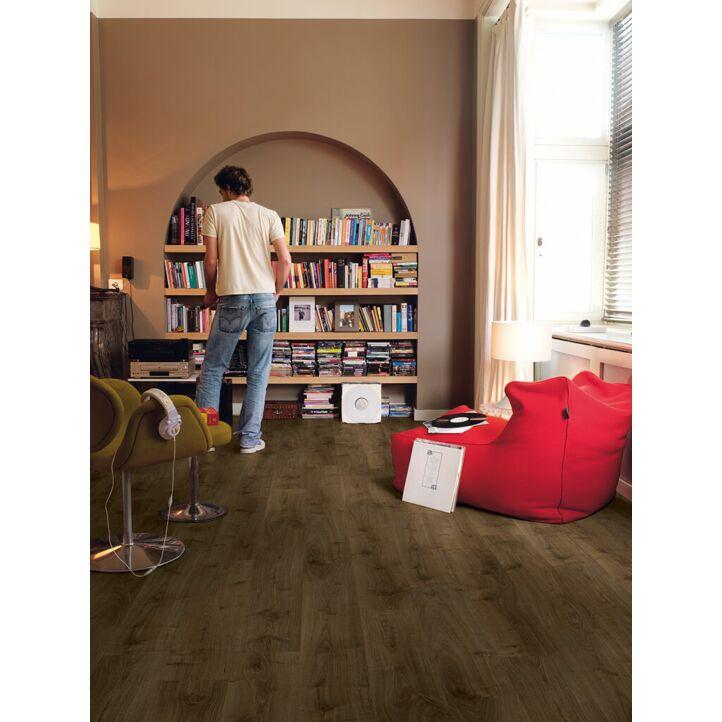 Parquet laminado de roble marrón virgina CR3183 de la marca Quick-Step de la colección CREO en un ambiente de habitación.