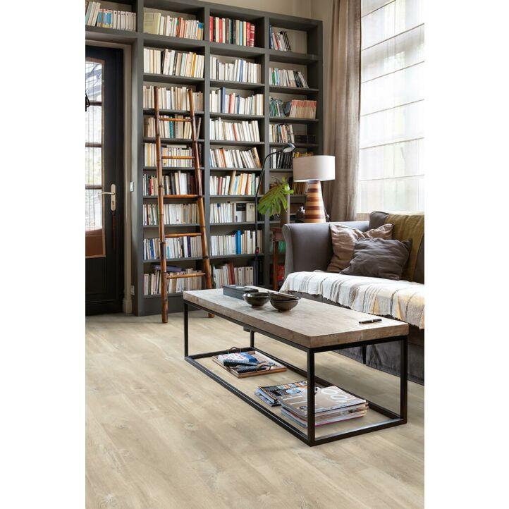 Parquet laminado de roble marrón charlotte CR3177 de la marca Quick-Step de la colección CREO en un ambiente de habitación.
