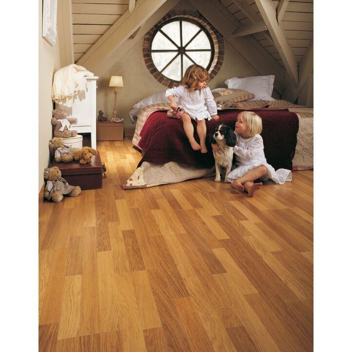Parquet laminado de roble natural barnizado de 3 lamas CL998 de la marca Quick-Step de la serie classic en un ambiente de habitación.