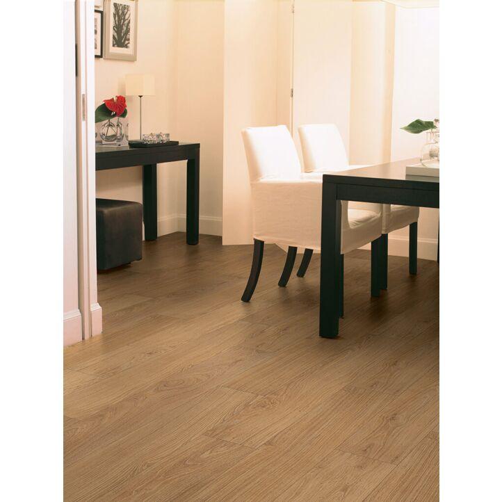 Parquet laminado de ROBLE NATURAL BARNIZADO CLM1292 de la marca Quick-step de la serie CLASSIC en un ambiente de habitación.