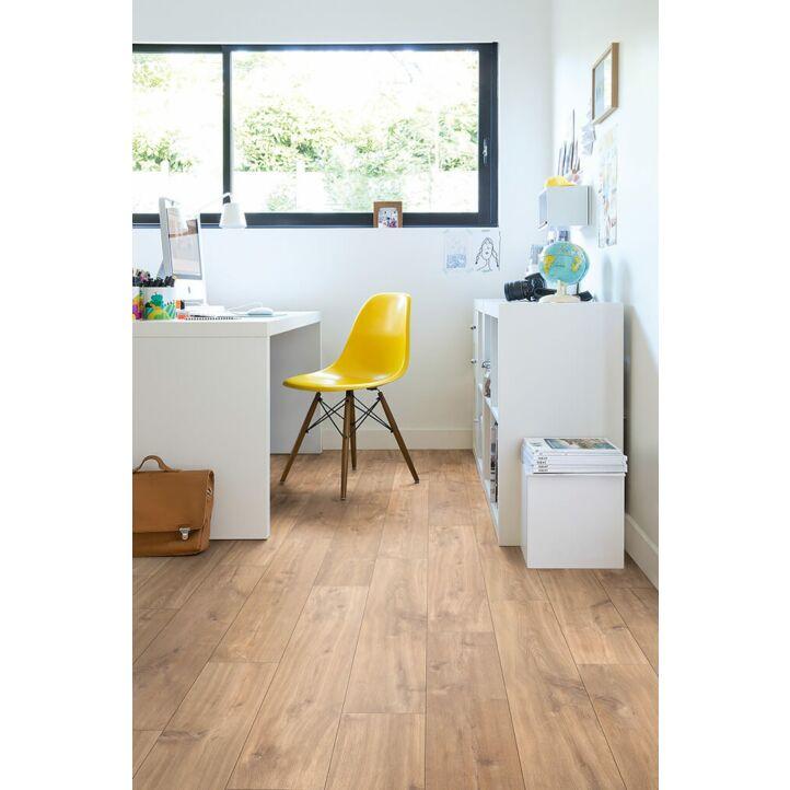 Parquet laminado de ROBLE NATURAL MEDIANOCHE de la marca Quick-step de la serie CLASSIC en un ambiente de habitación.