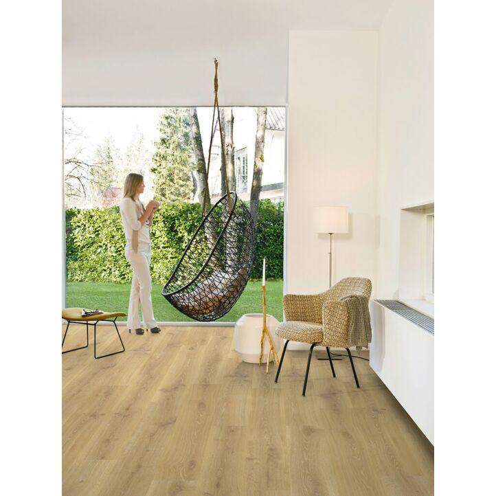 Parquet laminado de  Roble natural tennessee CR3180 de la marca Quick-Step en un ambiente de habitación.