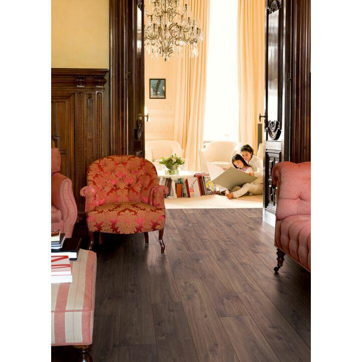 Parquet laminado de ROBLE OSCURO MEDIANOCHE de la marca Quick-step de la serie CLASSIC en un ambiente de habitación.