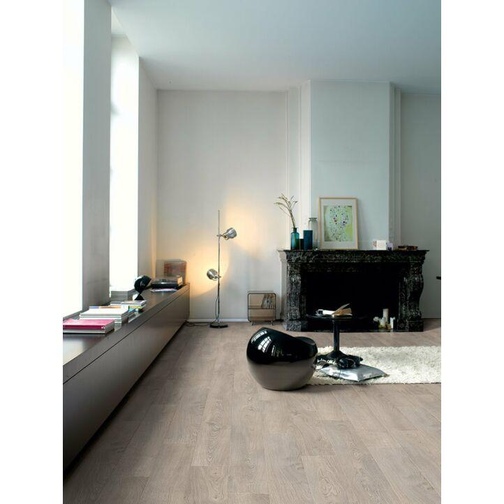 Parquet laminado de ROBLE VIEJO GRIS CLARO CLM1405 de la marca Quick-step de la serie CLASSIC en un ambiente de habitación.