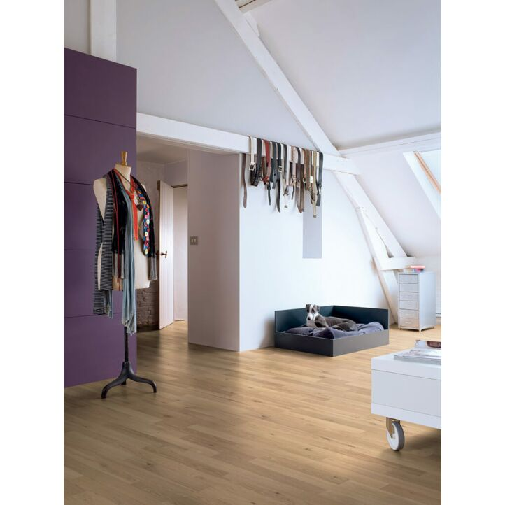 Parquet laminado de ROBLE VINTAGE 3 LISTONES CL1232 de la marca Quick-step de la serie CLASSIC en un ambiente de habitación.