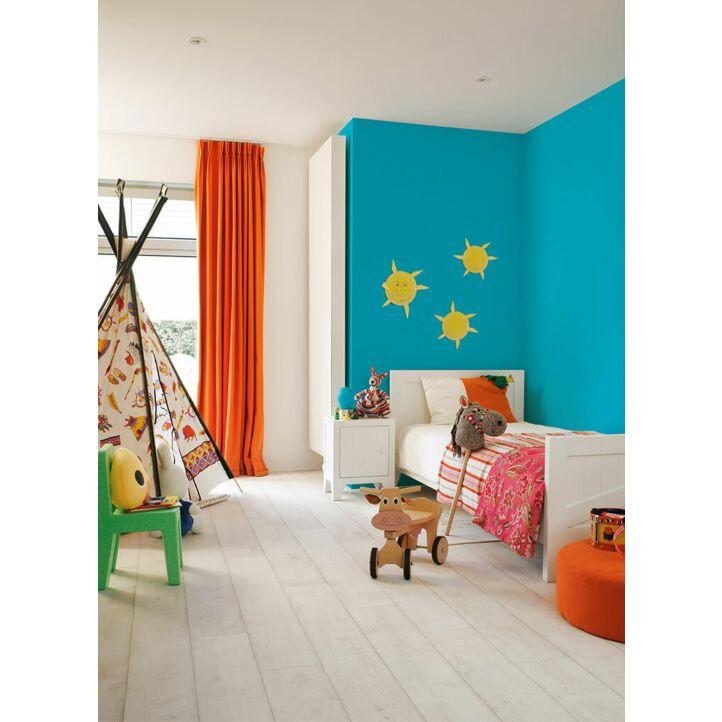 Parquet laminado de TECA BLANQUEADA CLM1290 de la marca Quick-step de la serie CLASSIC en un ambiente de habitación.