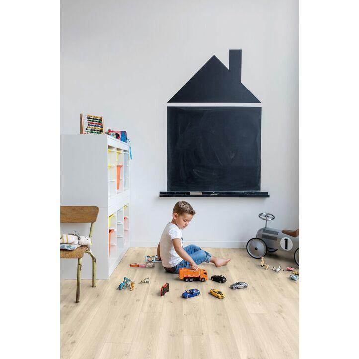 Parquet vinílico de la marca Quick-Step livyn Roble flotante claro BACL40017 de la serie Balance Click en un ambiente de habitación.