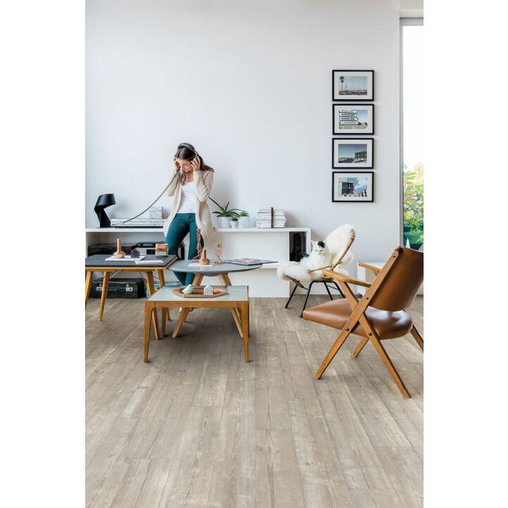 Parquet vinílico de la marca Quick-Step livyn Pino neblina matinal PUCP40074 de la serie Pulse Click plus en un ambiente de habitación con personas.