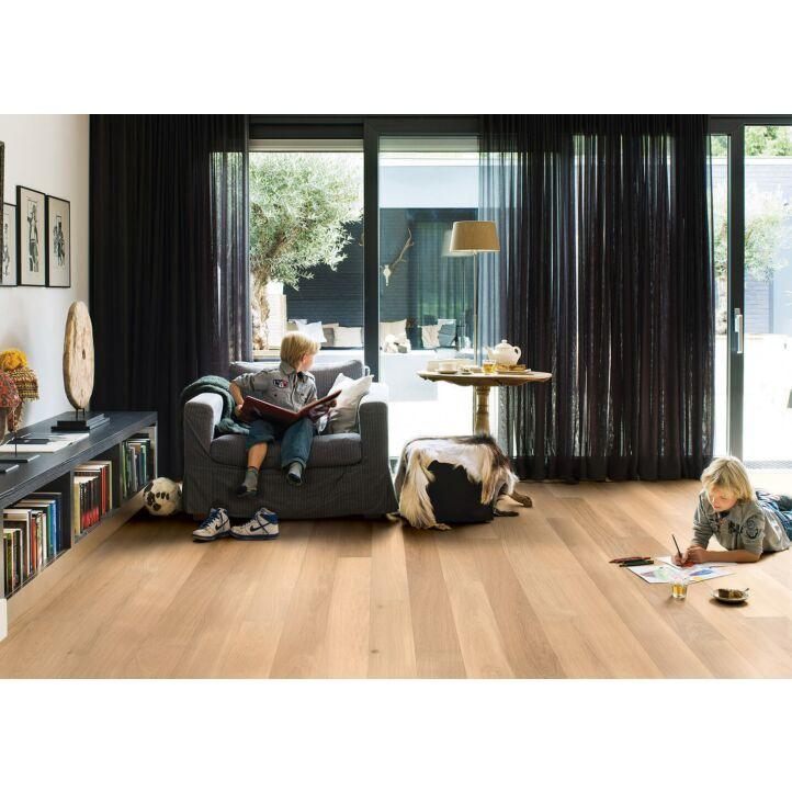 Parquet de madera natural de Quick-Step de la colección Castello CAS1341S Roble Puro Mate en un ambiente de habitación con gente.