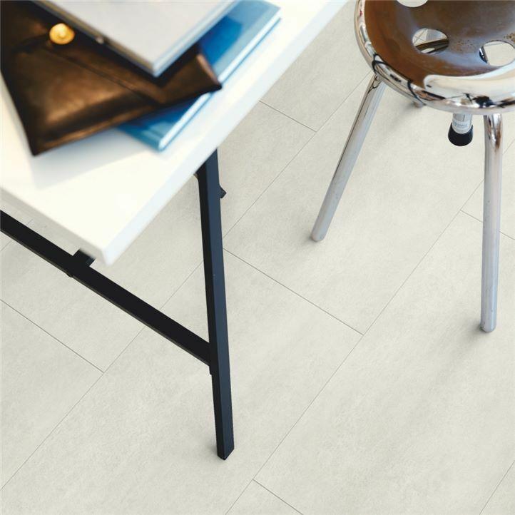 Parquet vinílico de la marca Pergo cemento metal oxidado V2120-40045 de la serie premium en un ambiente de habitación.