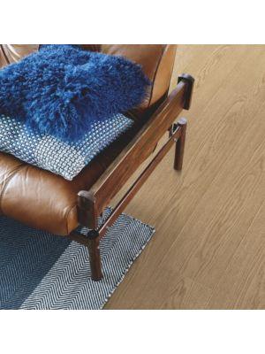 parquet laminado roble skagen de la marca pergo de la serie living expression sensation resistente al agua superficialmente l0239-04293 en una habitación.