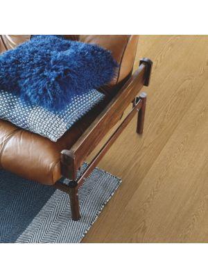 parquet laminado roble estocolmo de la marca pergo de la serie living expression sensation resistente al agua superficialmente l0239-042895 en una habitación.