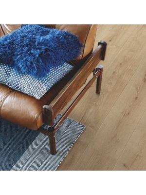 parquet laminado roble tundra de la marca pergo de la serie living expression sensation resistente al agua superficialmente l0239-04299 en una habitación.