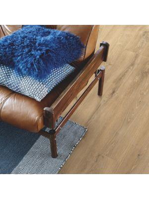 parquet laminado roble barnhouse gris  de la marca pergo de la serie living expression sensation resistente al agua superficialmente l0239-04301 en habitación.