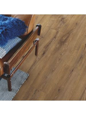 parquet laminado roble barnhouse de la marca pergo de la serie living expression sensation resistente al agua superficialmente l0239-04307 en habitación.