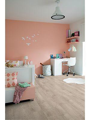 Parquet vinílico de la marca Quick-Step livyn roble perlado beige BACL40131 de la serie Balance Click en un ambiente de habitación.