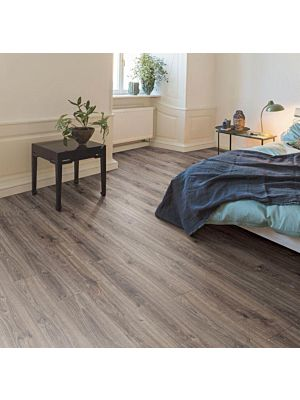 El suelo laminado de Egger Home EHL014 instalado en un dormitorio.