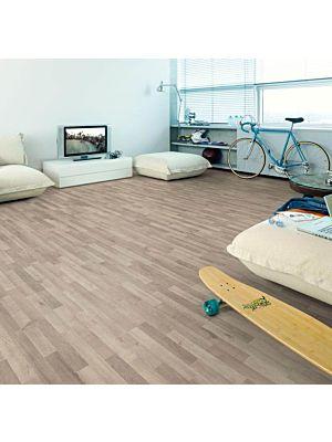 Imagen del suelo laminado de Egger Home Alerce Alpino Sandbeige EHL034 colocado en una cocina.