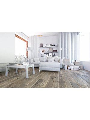 Suelo de madera parquet multicapa JAWOR PARKIET RETRO COLLECTION HANDMADE LINE FERTIG DESKA FROSTY MORNING en un ambiente de habitación con un sofá blanco.