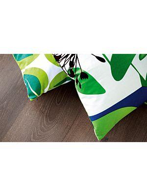 suelo laminado de la marca pergo de la serie living expression nogal de 3 lamas L0301-01791 en vista detalle.
