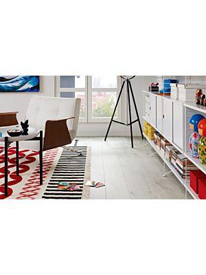 Parquet laminado de la marca pergo de la gama living expression Roble invierno serie L0323-01764 en un ambiente de habitación.