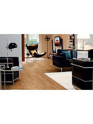 Parquet laminado de la marca pergo de la gama living expression roble real serie L0323-03360  en un ambiente de habitación.