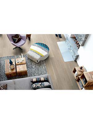 Parquet laminado de la marca pergo de la gama living expression roble romántico serie L0323-03361 en un ambiente de habitación.
