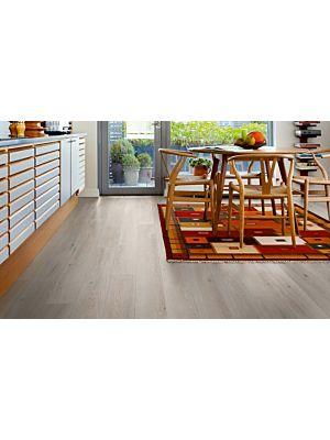 Parquet laminado de la marca pergo de la gama living expression roble gris recuperado serie L0323-01760 en un ambiente de habitación.
