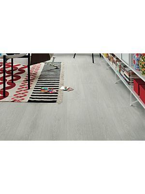 Parquet laminado de la marca pergo de la gama original excellence roble fiordo claro L0234-03862 en un ambiente de habitación.