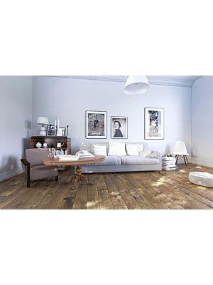 Suelo de madera parquet multicapa JAWOR PARKIET RETRO COLLECTION HANDMADE LINE FERTIG DESKA GREY SQUALL en un ambiente de habitación con un sofá blanco.