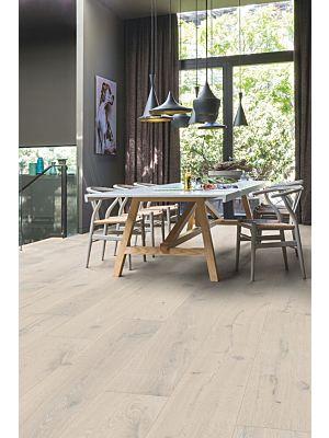 Parquet de madera natural de Quick-Step de la colección imperio imp1625S Roble caramelo acietado en un ambiente de habitación.