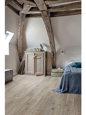 Parquet vinílico de la marca Quick-Step livyn Roble algodón gris claro PUCL40105 de la serie Pulse Click en un ambiente de habitación.