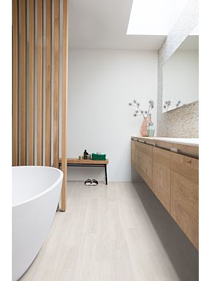 Parquet laminado de roble dorado con toques metálicos de la marca quick-step de la serie eligna en un ambiente de habitación.