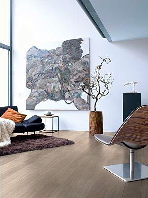 Parquet lamiando de roble envejecido claro UE1303 de la marca Quick-Step de la serie Elite en un ambiente de habitación.