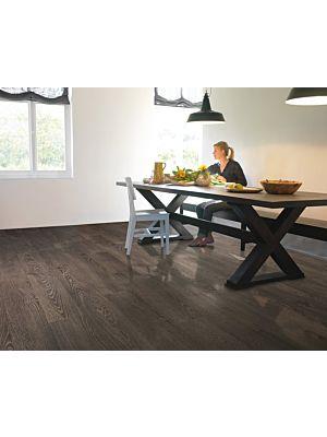 Parquet laminado de roble gris claro barnizado de la marca quick-step de la serie elite en un ambiente de habitación.