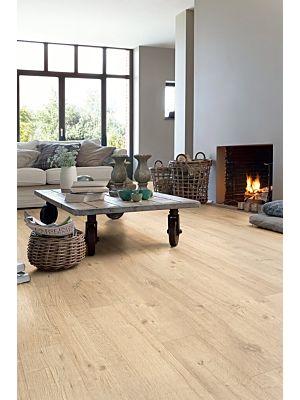 Parquet laminado de roble raspado grismarrón de la marca quick-step de la serie impressive en un ambiente de habitación.